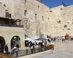 Ierusalim. Stena placha, muzhchinyi i zhenschinyi podhod razdelnyiy