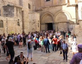 Ierusalim. Palomniki i turistyi vozle Hrama Groba Gospodnya