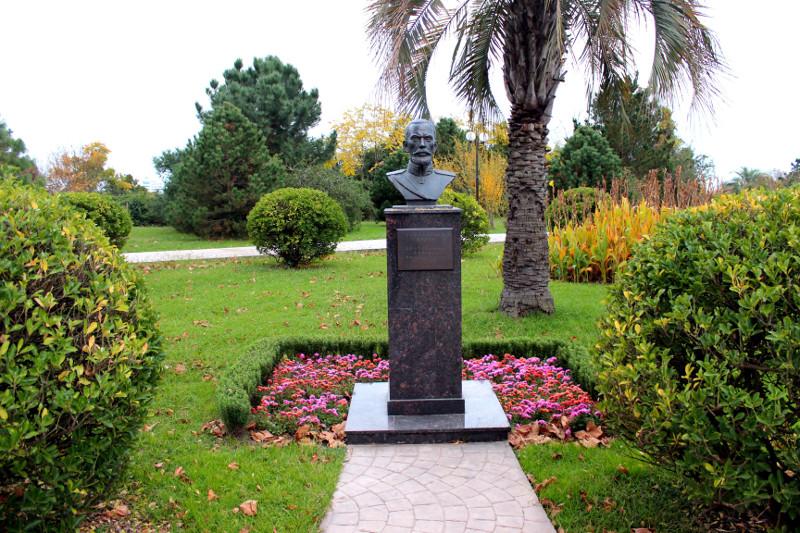 Памятник основателю парка Данилу Васильевичу Драчевскому (1858-1918гг.)